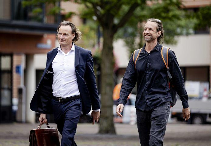 Jeroen Pols (L) en Willem Engel komen aan bij de rechtbank voor het kort geding van Viruswaarheid tegen het RIVM en de Staat.