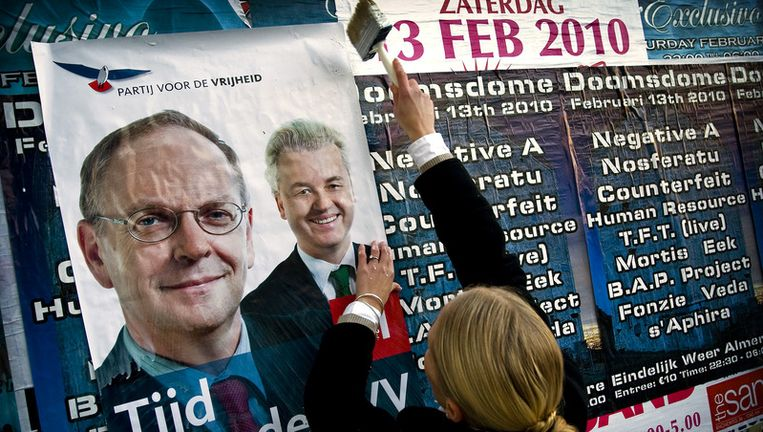 PVV-kandidate Jenny Zerfowski plakt verkiezingaffiches in het centrum van Almere. Foto ANP Beeld