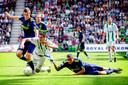 Dusan Tadic wordt als speler van FC Groningen gestuit door Gregory van der Wiel (r) en Toby Alderweireld (l).