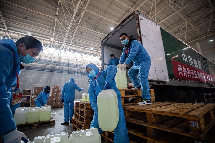 In Wuhan, het epicentrum van de corona-uitbraak, dreigen tekorten aan voorraden en medische benodigdheden.