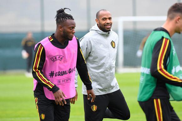 Thierry Henry met Michy Batshuayi tijdens een training van de Rode Duivels.