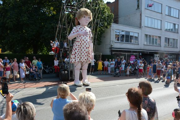 Ondanks de hitte lokte reuzin Emma heel wat volk naar het straattheaterfestival.