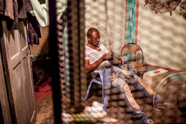 Mbeya in zijn atalier. Beeld Yvonne Brandwijk