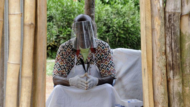 Een man in Liberia draagt een beschermend masker tegen ebola in een kliniek in Liberia Beeld afp