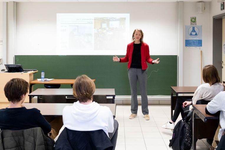 Tinne Vandersypen van de firma Aquatreat was vrijdagmiddag op bezoek in het Sint-Aloysiusinstituut.