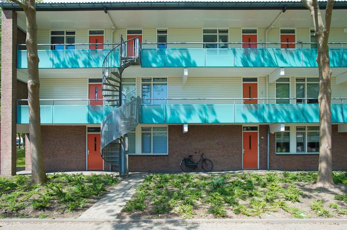 In deze Apeldoornse flat woont een dwergkaaiman. Zijn verblijf was eerst te klein constateerde de politie, maar is inmiddels in orde. De kaaiman mag blijven.
