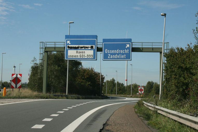 Als locatie voor de inplanting van het opvangcentrum koos de overheid voor een strook langsheen de A12 ter hoogte van de afrit Zandvliet.