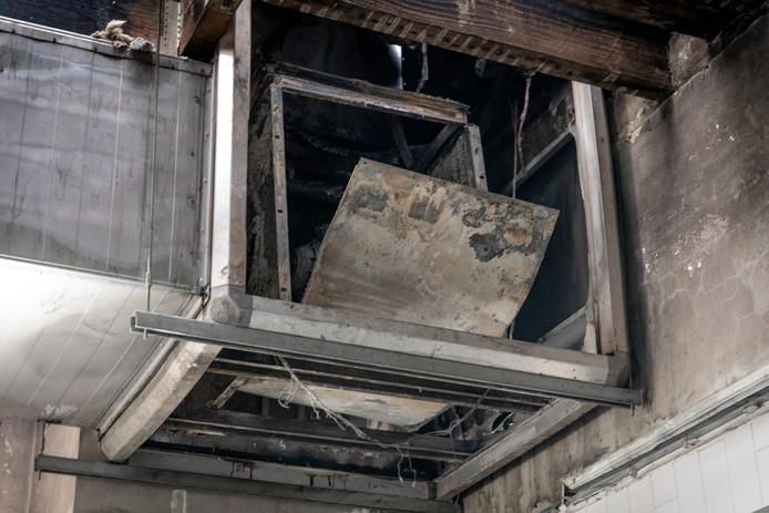 De brand ontstond na een steekvlam onder de dampkap. Het afzuigsysteem liep dan ook zware schade op.