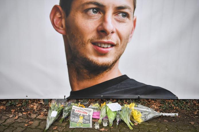 Bloemen bij een portret van de vermiste Emiliano Sala voor het stadion van FC Nantes.