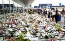 Mensen leggen bloemen en knuffels neer bij vertrekhal 3 op Schiphol ter nagedachtenis aan de slachtoffers van de vliegramp met Malaysia Airlines vlucht MH17.