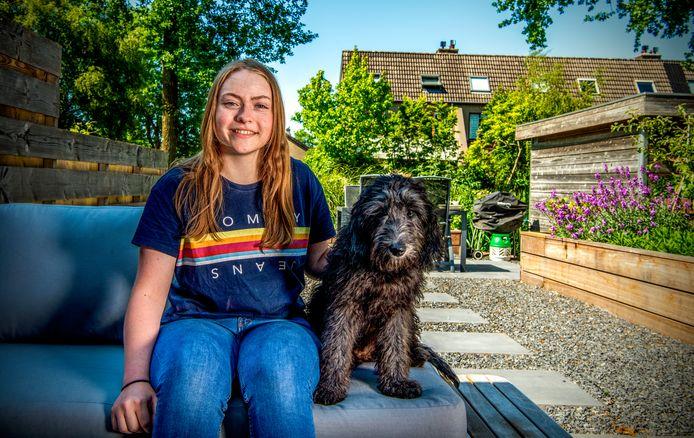 Evi van Luik met haar hond Moose.