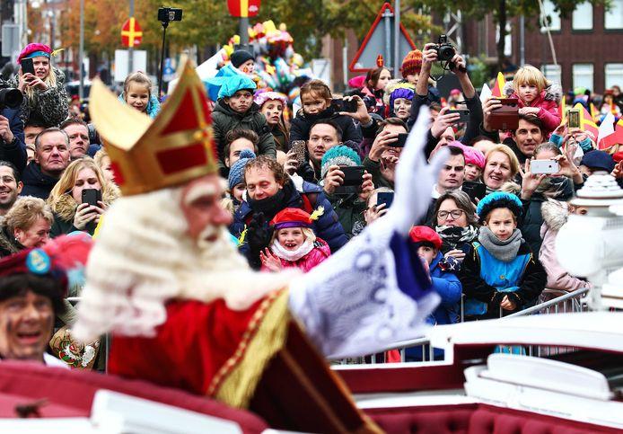 interklaas zwaait naar het publiek in Apeldoorn tijdens de intocht van Sinterklaas.