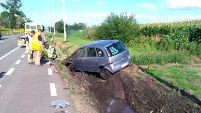 Met auto in gracht N70: bestuurster (80) lichtgewond