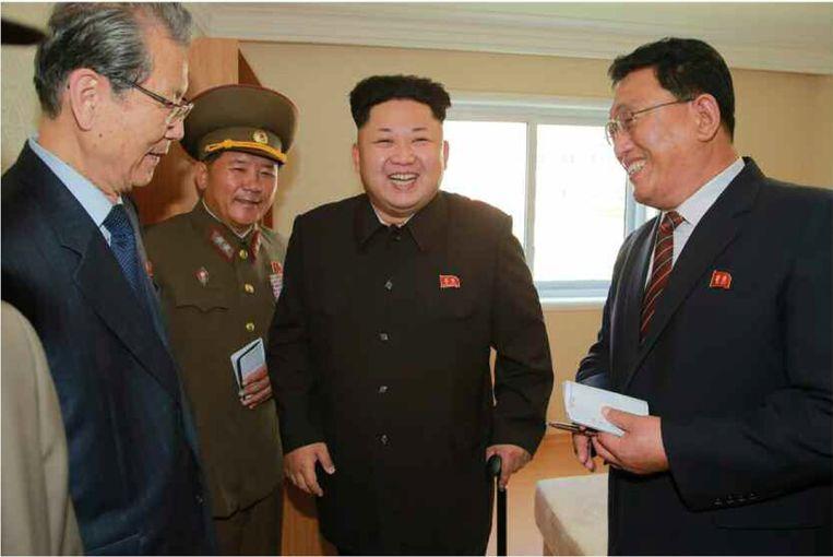 Een breed lachende Kim Jong-un tijdens zijn bezoek aan een nieuw appartementencomplex. Beeld anp
