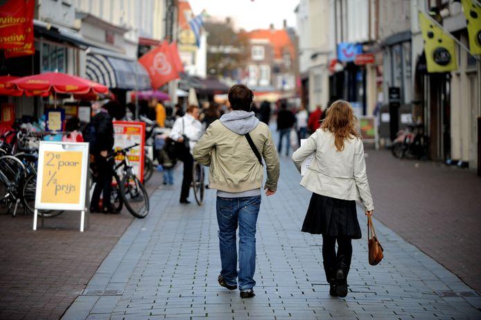 Winkeliers in Middelburg kunnen meer geld verdienen en klantvriendelijker zijn als ze niet meer standaard om 17.00 of 17.30 uur sluiten terwijl er nog klanten in de stad rondlopen. De openingstijden in Middelburg maken het nu al mogelijk om elke avond tot 21.00 uur open te blijven, zegt wethouder Johan Aalberts.