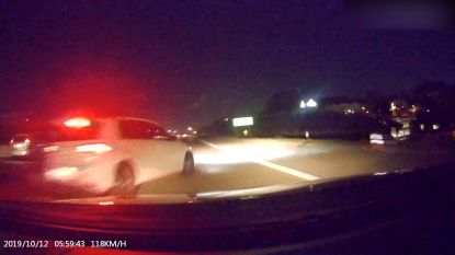 Auto met kind in vliegt van snelweg door roekeloze chauffeur