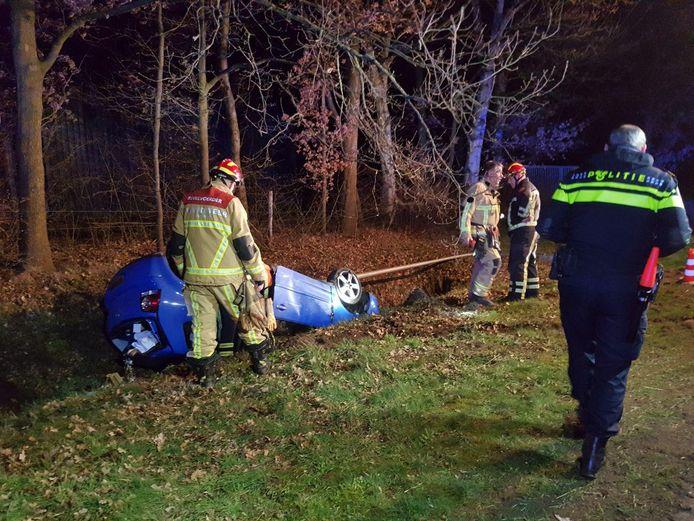 De auto belandde op de kop in de greppel langs de Hardenbergerweg in Tubbergen.