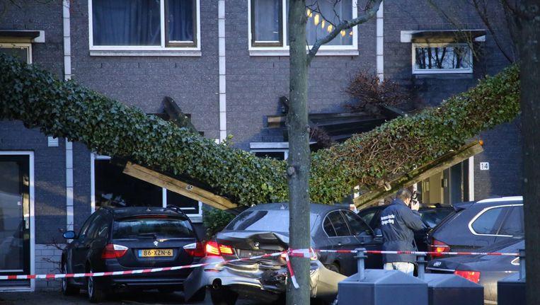 Forensisch medewerkers van de politie doen onderzoek in de Knokkestraat. Beeld Olim Bajmat/ANP