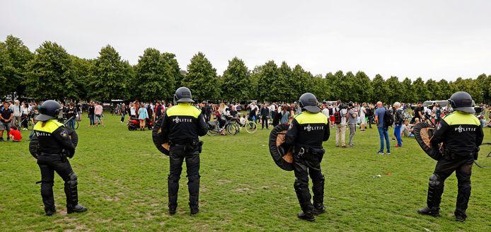 Politie omsingelt demonstranten op het Malieveld.