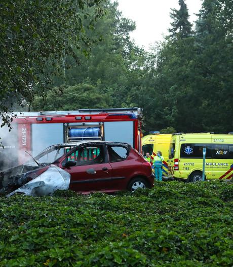 Auto in brand na ernstig ongeluk op rotonde in Oss, omstanders halen man uit Rosmalen op tijd uit voertuig