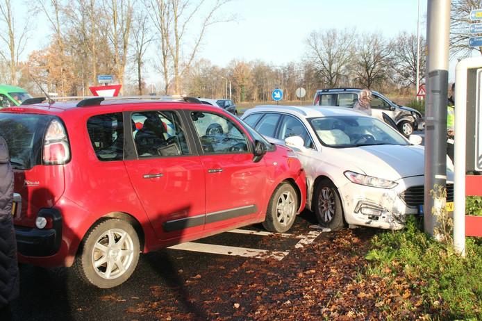 De auto is tot stilstand gekomen tegen een andere auto