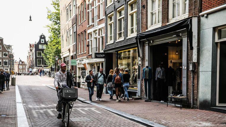 De Huidenstraat nu. 'Wat winkels nu verkopen, is niet voor buurtbewoners en te duur' Beeld Eva Plevier