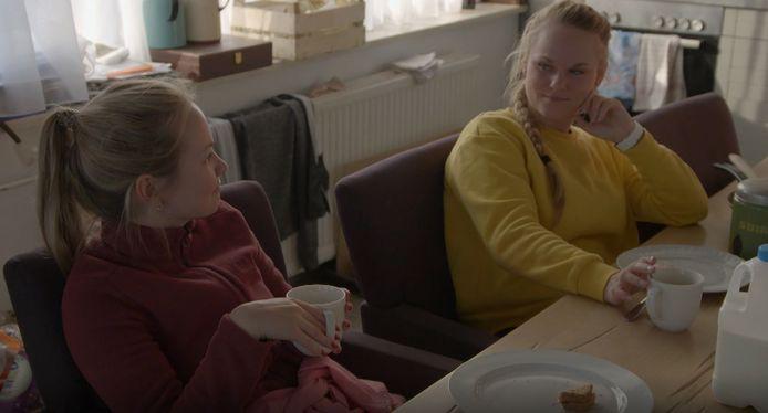 Milou (links) in gesprek met haar 'rivaal' Elise.