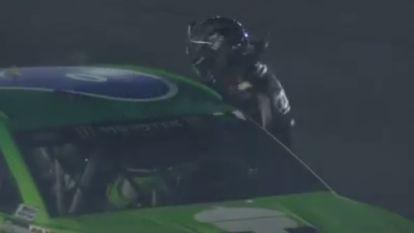 NASCAR-piloot waant zich even Mike Tyson en deelt rivaal, met racehelm nog op, klappen uit