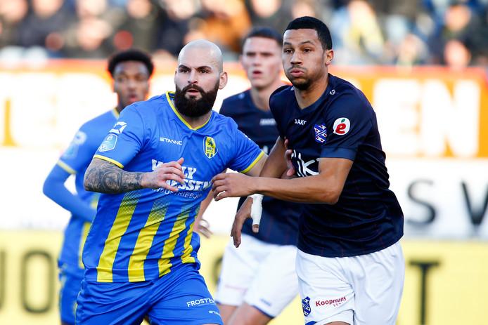 Hans Mulder (links) in duel met Ricardo van Rhijn van SC Heerenveen.