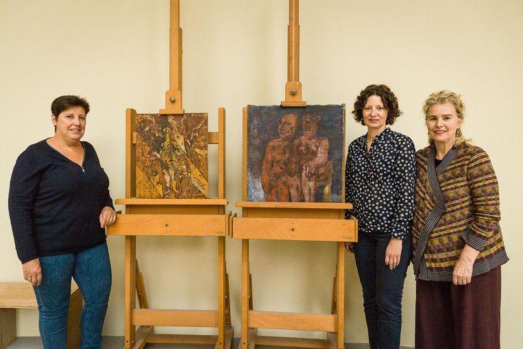 Anne Schiettekatte, schepen Annelies Storms en directrice Catherine de Zegher bij de twee schilderijen die op 27 september definitief worden teruggeven.