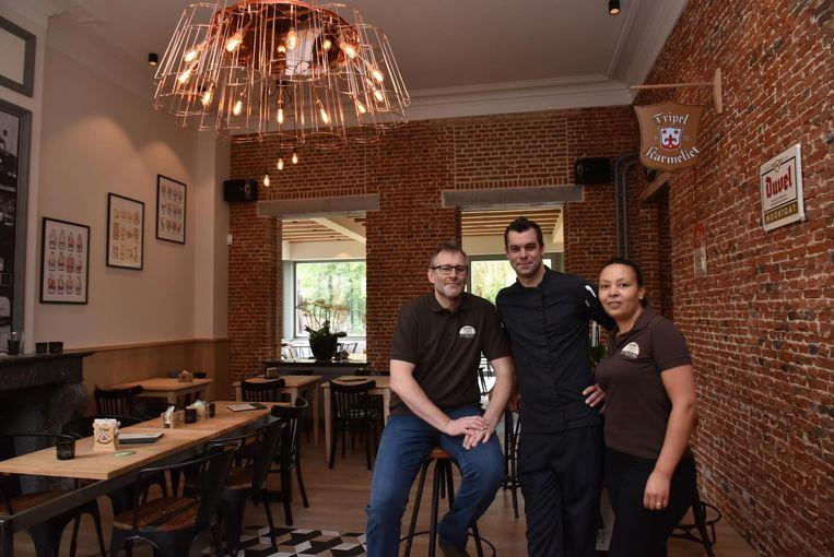 Zaakvoerder Thierry De Raedt, chef-kok Nico Beernaert en zaalverantwoordelijke Asia Lamarti in het eetcafé.