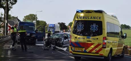Automobilist en bijrijder gewond na botsing in flauwe bocht van Torenallee