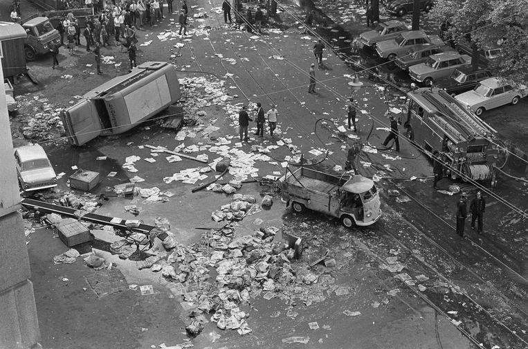 Brandstichting bij het Telegraafgebouw op de Nieuwezijds Voorburgwal in Amsterdam tijden de bouwvakkersrellen in 1966. Beeld Jac de Nijs / Anefo