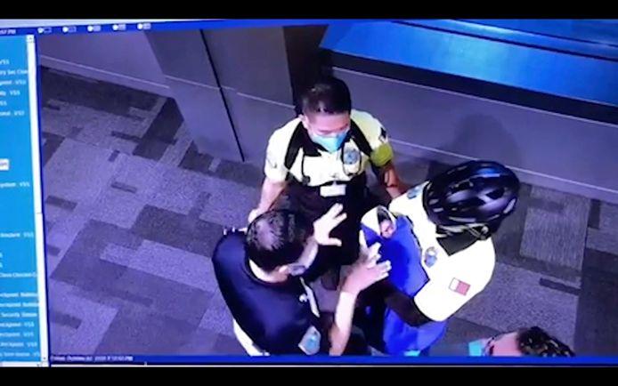 Luchthavenpersoneel ontfermde zich op 2 oktober over de gevonden baby.