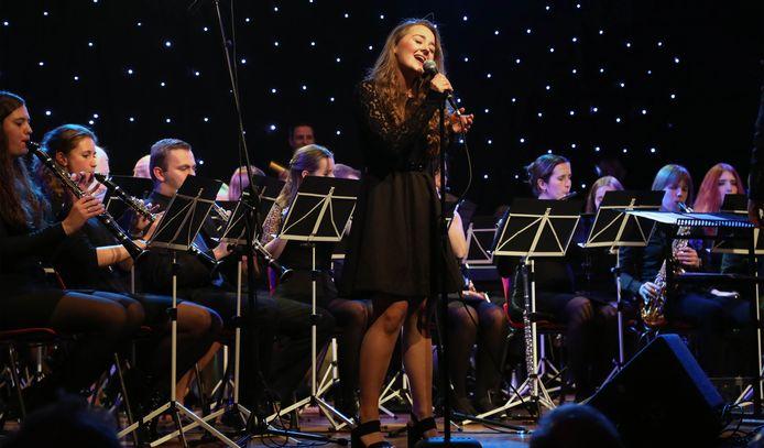 Optreden Sanne Pronk met The Young Ones in De Halle in Axel.