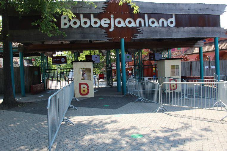 De ingang van Bobbejaanland, met groene wachtstippen en hekken om bezoekers te scheiden