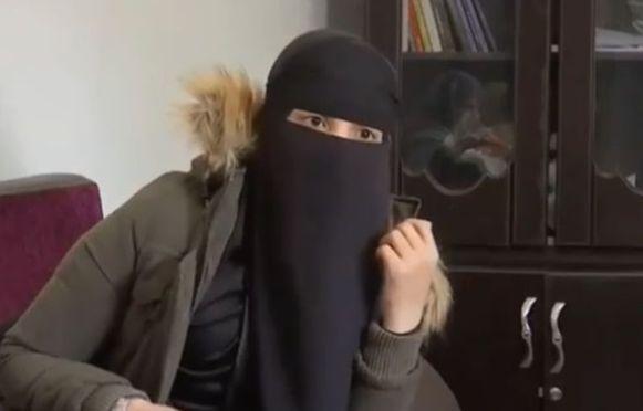Archiefbeeld. Fatima Benmezian, gesluierd, werd vorig jaar door de Turkse autoriteiten op het vliegtuig gezet naar België vanwege illegaal verblijf.