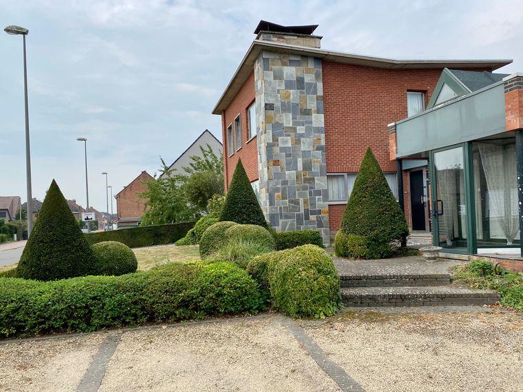 De woning waar de 77-jarige zwaargewonde vrouw werd aangetroffen werd na de vaststellingen verzegeld.