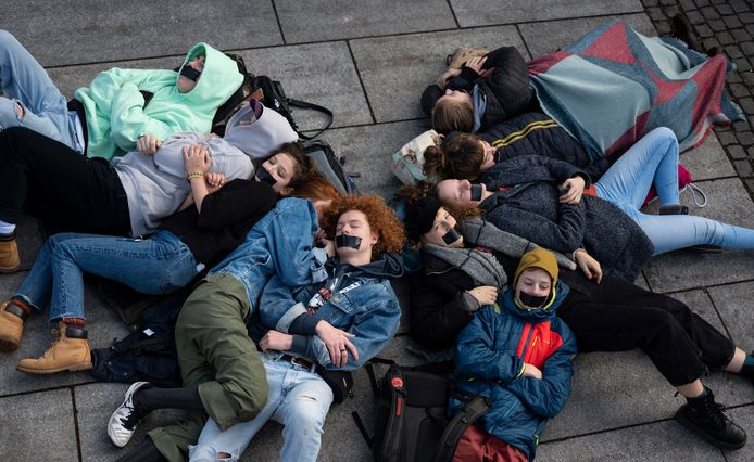 In München demonstreerde Extinction Rebellion gisteren voor het hoofdkantoor van Siemens. Dat bedrijf zou betrokken zijn bij een kolenmijn in Australië, dat mede als gevolg van klimaatverandering wordt geteisterd door hevige bosbranden.