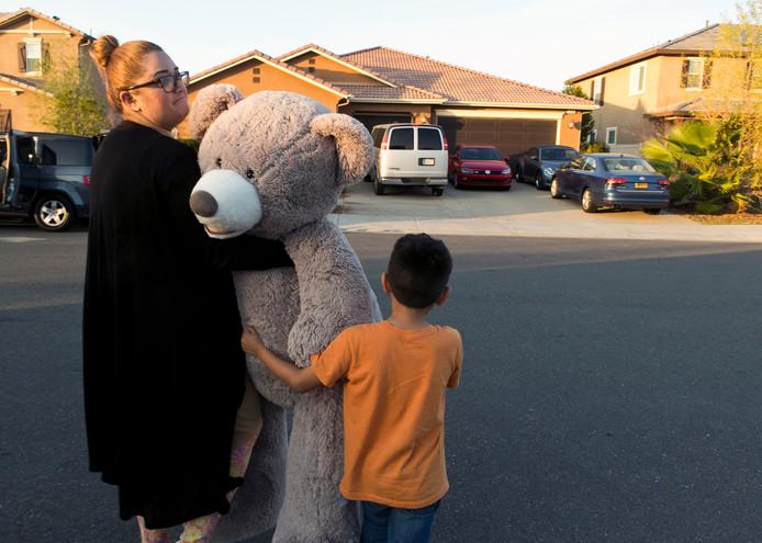 Buren leggen een grote teddybeer neer voor het huis van de Turpins als eerbetoon aan de dertien mishandelde kinderen.