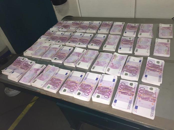 Deze bankbiljetten werden in het dak van de ambulance aangetroffen.