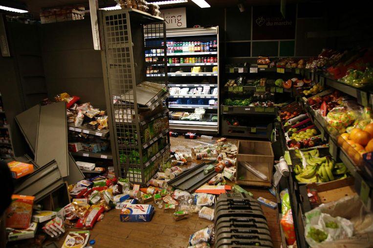 Ruiten van deze supermarkt werden ingegooid. Beeld null