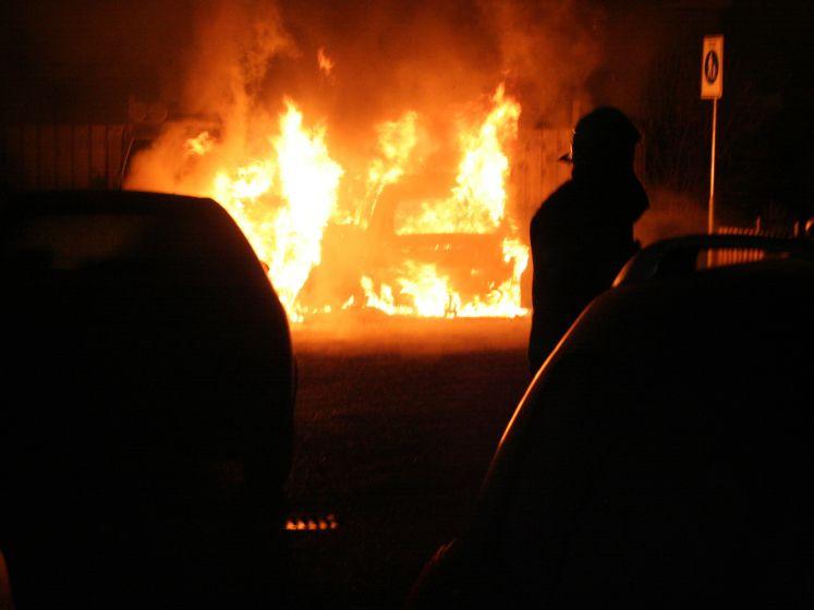 Twee geparkeerde auto's gaan in vlammen op in Tiel