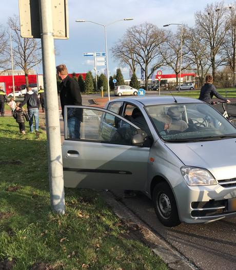 Auto en fietser botsen op fietsoversteekplaats in Almelo