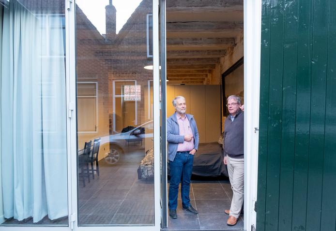 Peter van Traa met vest en Chris Braat in het Koetshuis dat is omgetoverd tot Bed & Breakfast.