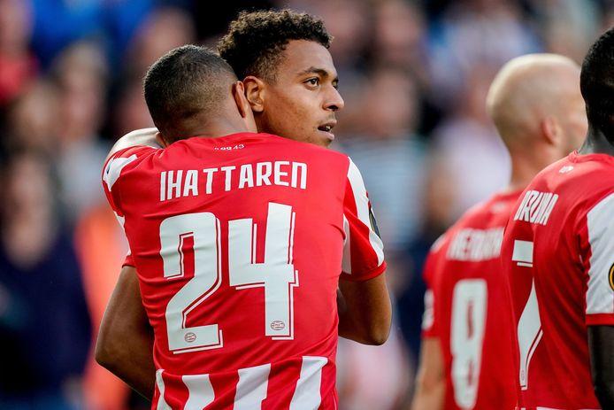 Donyell Malen en Mohamed Ihattaren vieren een goal.