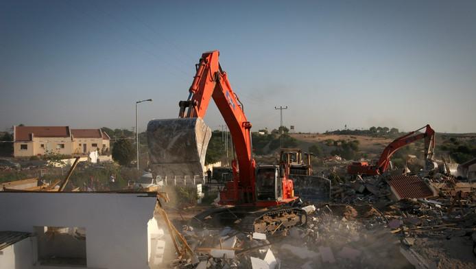 Onder meer bulldozers worden geregeld in beslag genomen door het Israëlische leger. Boeren krijgen ze terug na betaling.