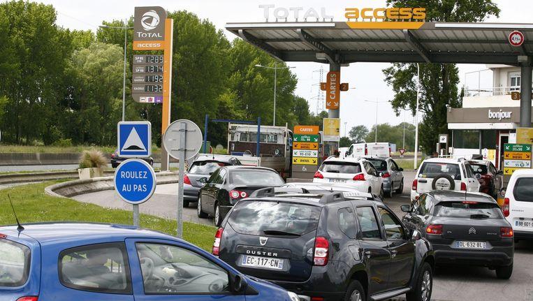 De auto's staan in de rij om te tanken, hier bij Le Havre. Beeld epa