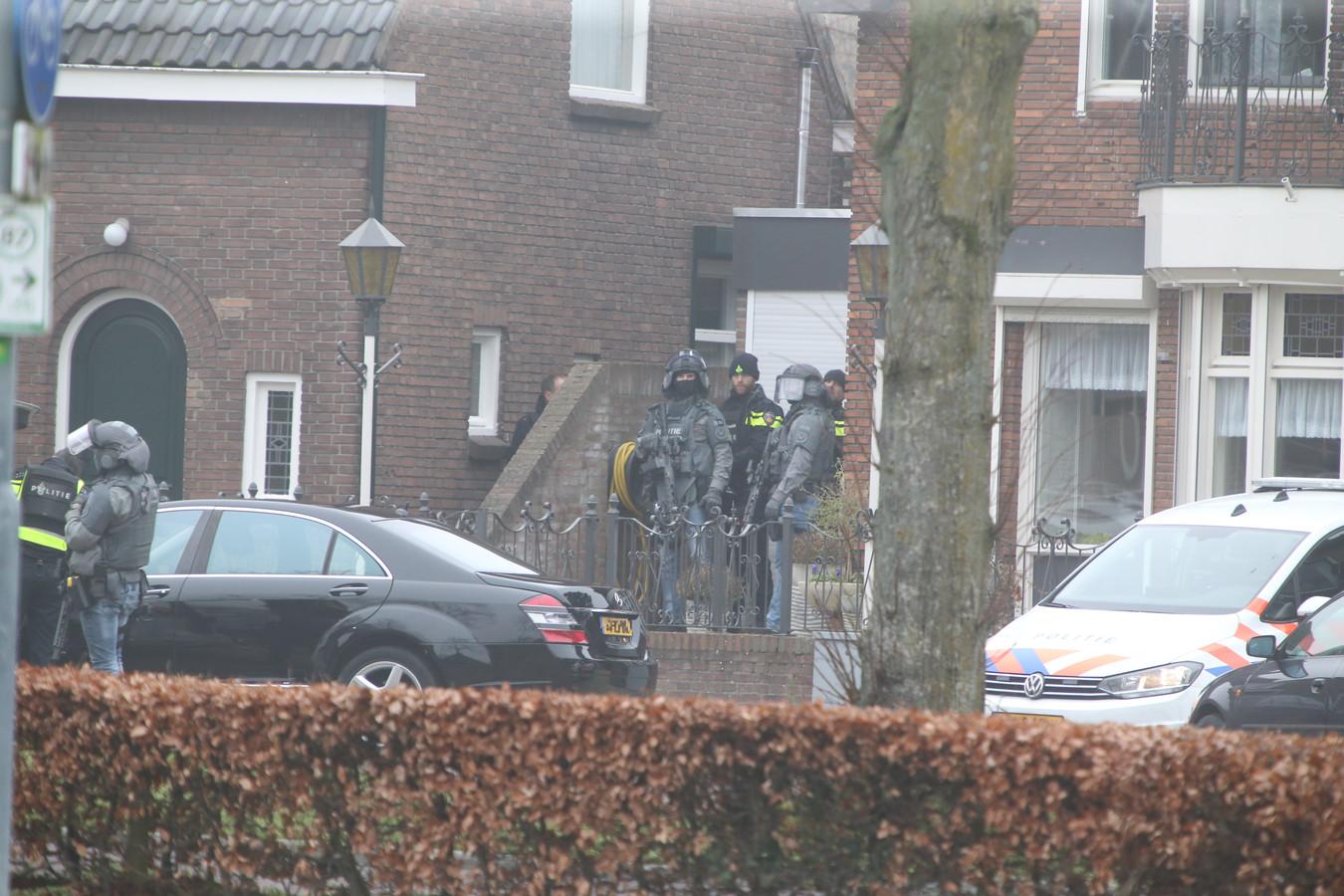 Zwaarbewapende agenten bij de arrestatie van Joey D. in Rosmalen.