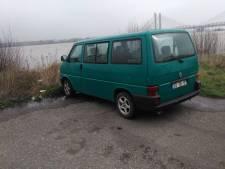 Hoogste waterstand in de Waal: Portugees VW-busje bij Zaltbommel maakt kans op natte voeten
